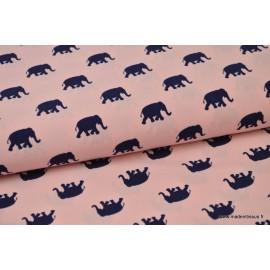 Tissu Viscose fluide imprimé éléphants bleu marine sur rose .x1m