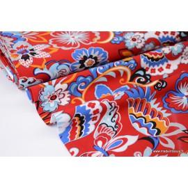 Tissu Viscose fluide imprimé fleurs bleues sur fond rouge
