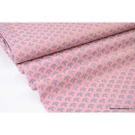 Tissu satin Pearl Peach fluide imprimé fleurs de Lys Argent fond Rose