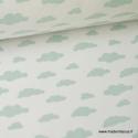 Tissu 100%coton dessin nuages menthe sur fond blanc