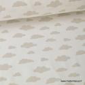 Tissu 100%coton dessin nuages beige sur fond blanc