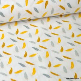 Tissu Popeline imprimé plumes jaune, moutarde et grises fond Blanc. Oeko tex