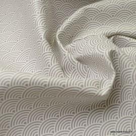 Tissu Simili cuir motifs écailles blanches fond gris clair