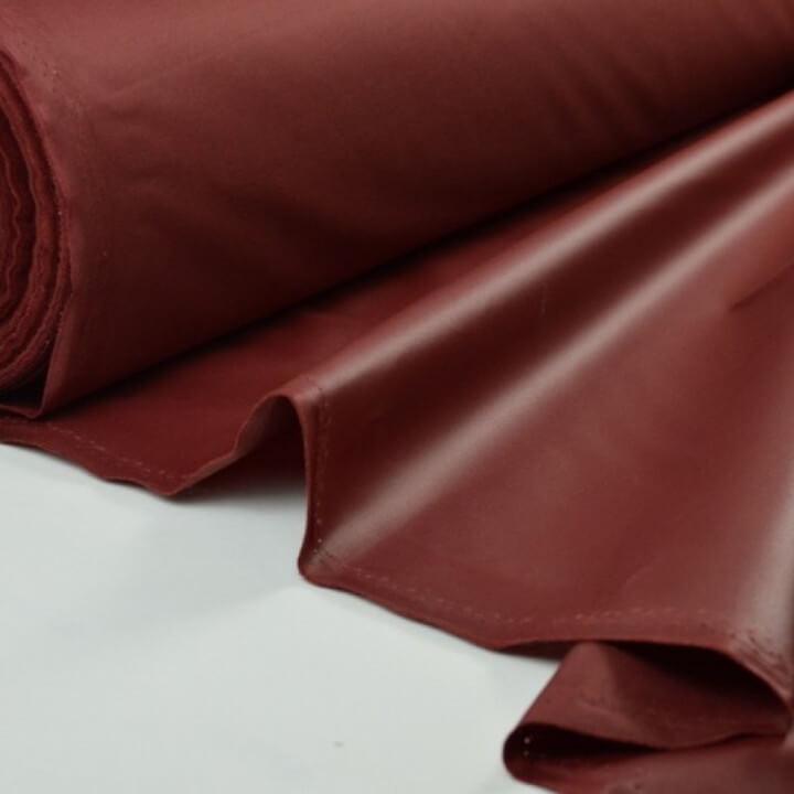 Tissu leger imperméable étanche polyester enduit acrylique bordeaux .