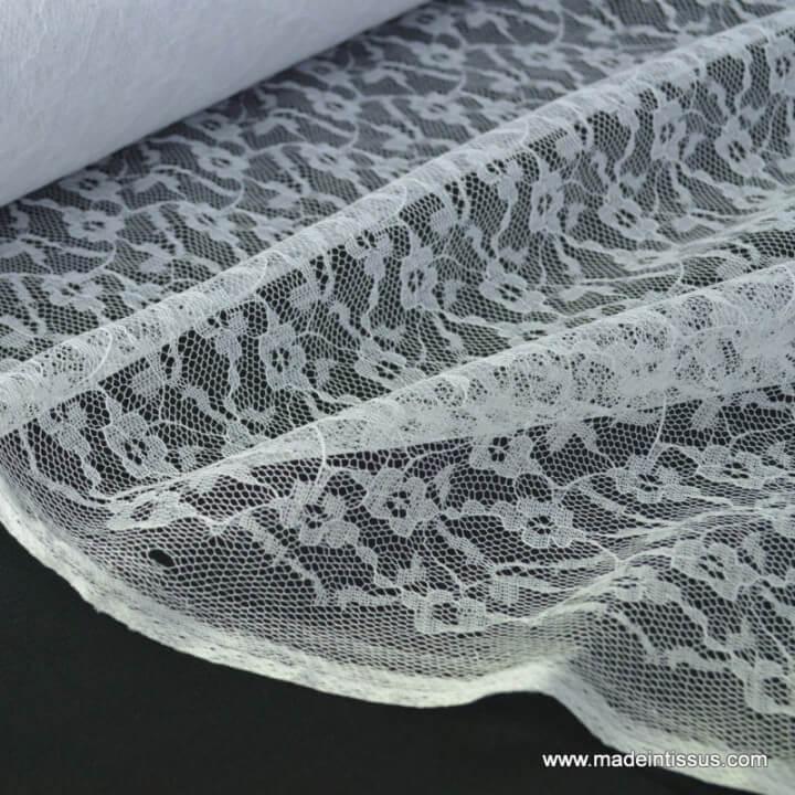 Tissu Dentelle fine blanc pour robe de mariée .