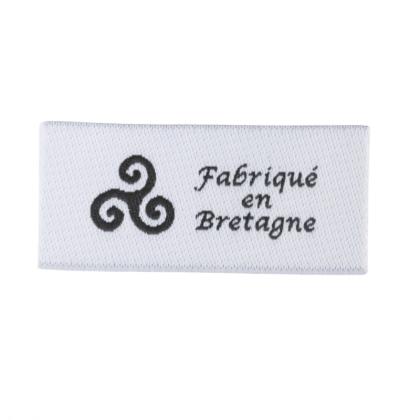 """Etiquette tissée à coudre message """"Fabriqué en Bretagne"""" 20x45mm"""