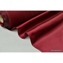 Satin doupion duchesse polyester bordeaux .
