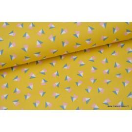 Popeline coton imprimé TRIANGLES bleu et rose sur fond moutarde x50cm