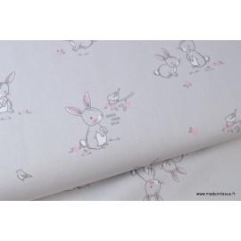 Popeline coton imprimé gros lapins gris et rose .